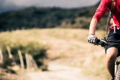 Всадник горного велосипеда на проселочной дороге, следе следа в inspirationa Стоковое Фото