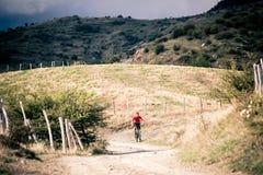 Всадник горного велосипеда MTB на проселочной дороге, следе следа в inspirat Стоковые Изображения RF