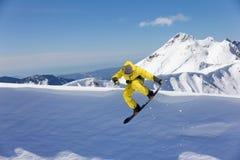 Всадник сноуборда скача на горы Весьма спорт сноуборда Стоковое Изображение RF