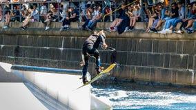 Всадник фристайла Wakeboard делает фокусы на конкуренции Стоковое Фото
