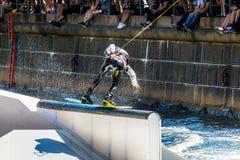 Всадник фристайла Wakeboard делает фокусы на конкуренции Стоковые Фото