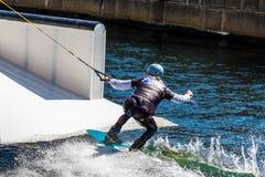 Всадник фристайла Wakeboard делает фокусы на конкуренции Стоковое Изображение RF