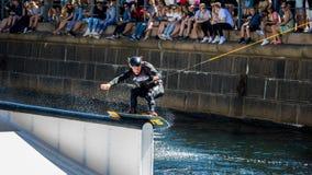 Всадник фристайла Wakeboard делает фокусы на конкуренции Стоковое фото RF