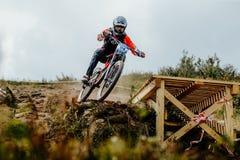 всадник человека падает велосипед горы стоковое фото rf