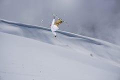 Всадник лыжи скача на горы Весьма спорт freeride лыжи Стоковая Фотография RF