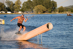 Всадник wakeboarding в парке Merkur бодрствования кабеля Стоковое Изображение