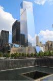 Всемирный торговый центр 4, музей 11-ое сентября и бассейн отражения с водопадом в парке 11-ое сентября мемориальном Стоковая Фотография RF