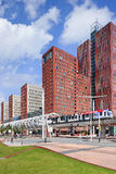Всемирный торговый центр с причаливая поездом, Гаагой, Нидерландами Стоковое Изображение