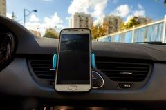 Всеобщий держатель держателя для умных телефонов Приборная панель автомобиля или кронштейн держателя ветровой защиты стоковая фотография rf