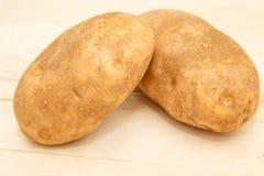 2 всех картошки на разделочной доске для печь Стоковые Фото