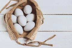 2 всех пасхального яйца принципиальной схемы цыпленока ведра цветут детеныши покрашенные травой помещенные Белый цыпленок eggs в  Стоковое фото RF