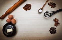 2 всех пасхального яйца принципиальной схемы цыпленока ведра цветут детеныши покрашенные травой помещенные Ингридиенты для варить Стоковая Фотография