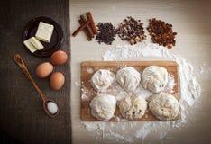 2 всех пасхального яйца принципиальной схемы цыпленока ведра цветут детеныши покрашенные травой помещенные Ингридиенты для варить Стоковые Изображения RF