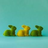 2 всех пасхального яйца принципиальной схемы цыпленока ведра цветут детеныши покрашенные травой помещенные 3 кролика на предпосыл Стоковое фото RF