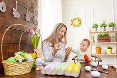 2 всех пасхального яйца принципиальной схемы цыпленока ведра цветут детеныши покрашенные травой помещенные Счастливая мать и ее м Стоковые Изображения RF