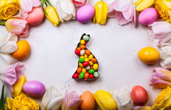 2 всех пасхального яйца принципиальной схемы цыпленока ведра цветут детеныши покрашенные травой помещенные Стоковые Фото