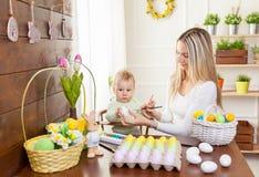 2 всех пасхального яйца принципиальной схемы цыпленока ведра цветут детеныши покрашенные травой помещенные Счастливая мать и ее м Стоковое Фото