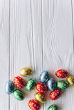 2 всех пасхального яйца принципиальной схемы цыпленока ведра цветут детеныши покрашенные травой помещенные яичка шоколада на дере Стоковое Фото