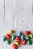 2 всех пасхального яйца принципиальной схемы цыпленока ведра цветут детеныши покрашенные травой помещенные яичка шоколада на дере Стоковая Фотография