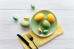 2 всех пасхального яйца принципиальной схемы цыпленока ведра цветут детеныши покрашенные травой помещенные плита, вилка, яичка на Стоковая Фотография RF