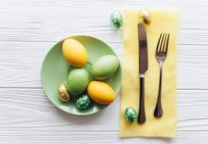 2 всех пасхального яйца принципиальной схемы цыпленока ведра цветут детеныши покрашенные травой помещенные плита, вилка, яичка на Стоковое Фото