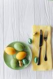 2 всех пасхального яйца принципиальной схемы цыпленока ведра цветут детеныши покрашенные травой помещенные плита, вилка, яичка на Стоковое Изображение