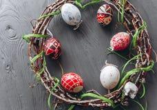 2 всех пасхального яйца принципиальной схемы цыпленока ведра цветут детеныши покрашенные травой помещенные яичка и венок на дерев Стоковые Изображения RF