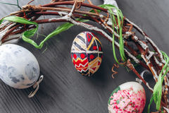 2 всех пасхального яйца принципиальной схемы цыпленока ведра цветут детеныши покрашенные травой помещенные яичка и венок на дерев Стоковое Изображение RF
