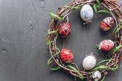 2 всех пасхального яйца принципиальной схемы цыпленока ведра цветут детеныши покрашенные травой помещенные яичка и венок на дерев Стоковое фото RF