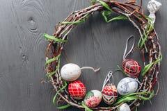 2 всех пасхального яйца принципиальной схемы цыпленока ведра цветут детеныши покрашенные травой помещенные яичка и венок на дерев Стоковая Фотография