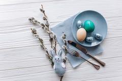 2 всех пасхального яйца принципиальной схемы цыпленока ведра цветут детеныши покрашенные травой помещенные плита, вилка, яичка на Стоковые Изображения