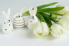 2 всех пасхального яйца принципиальной схемы цыпленока ведра цветут детеныши покрашенные травой помещенные Стоковое Изображение