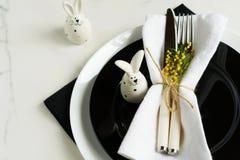 2 всех пасхального яйца принципиальной схемы цыпленока ведра цветут детеныши покрашенные травой помещенные Стоковые Фотографии RF