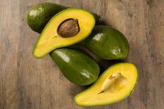 Все авокадоы и авокадо отрезали в половине Стоковая Фотография RF
