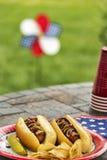 Все американские горячие сосиски на патриотическом cookout Стоковое фото RF