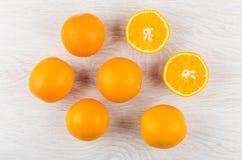 Все апельсины и половины апельсина на деревянном столе Стоковая Фотография RF