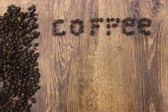 Все ароматичные кофейные зерна на деревянном крупном плане предпосылки Стоковые Изображения