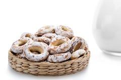 Все бейгл в плетеной корзине помадка хлеба Стоковое Изображение