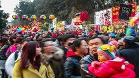 Все виды стоек игрушки и толпить посетителей на виске Ditan справедливо во время фестиваля весны в Пекине, Китае сток-видео