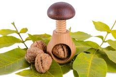 Все грецкие орехи и деревянный Щелкунчик винта изолированные на белой предпосылке Стоковые Изображения