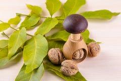 Все грецкие орехи на деревянном столе Стоковые Фото