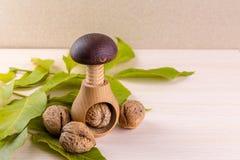 Все грецкие орехи на деревянном столе Стоковое Изображение RF
