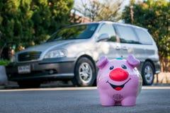 Все деньги сбережений от розовой керамической копилки, который нужно оплатить для Д-р Стоковое фото RF