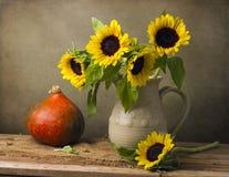 Все еще жизнь с букетом и тыквой солнцецвета стоковые фотографии rf