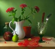 Все еще жизнь с красными цветками и плодоовощами Стоковая Фотография