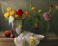 Все еще жизнь с цветками ranunculus Стоковая Фотография RF