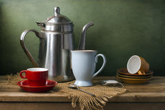 Все еще жизнь с чайником и чашками стоковое фото rf