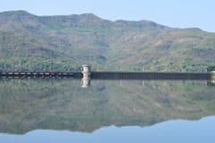 Все еще отражение холмов воды Стоковое фото RF