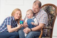 все джинсыы зеленого цвета семьи играя носить верхних частей Стоковые Фото