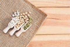 Все зерна в деревянном ветроуловителе на деревянном столе Стоковое Фото